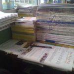 机の上は本の山