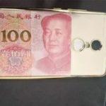 携帯カバーの中に100元札